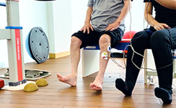 電気刺激装置を使用しての筋力トレーニング、歩行練習