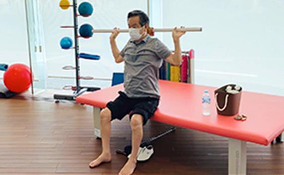 背中・肩回りの可動域訓練、筋力トレーニング